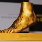 Leo Messi presta su pie izquierdo para que le hagan una réplica en oro por una causa benéfica