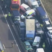 La niebla causa una colisión multitudinaria de vehículos en Inglaterra, en el condado de Kent
