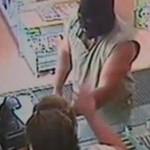 La dependienta de una tienda negocia con un atracador el importe del robo